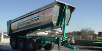 Rear-unloading dump bin fitted on agricultural vehicle